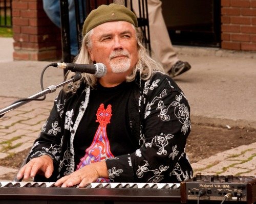 keyboard player on the street
